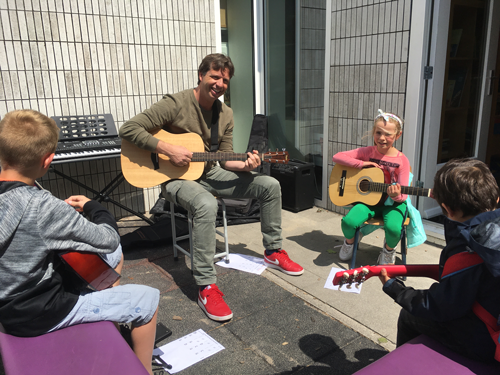 Naschoolse muzieklessen: Leer gitaar of keyboard spelen!
